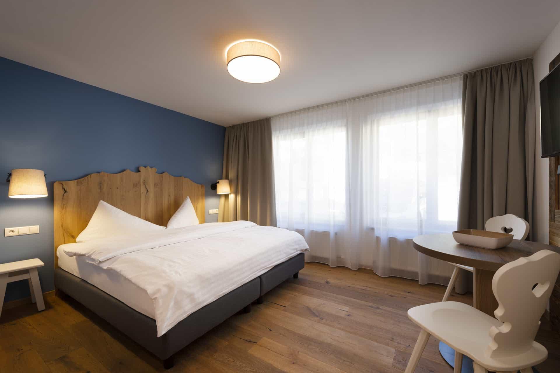 Sepp-und-Hannis-Ferienwohnungen-Tirol-Minisuite-Kitzeben-Doppelbett-Essbereich
