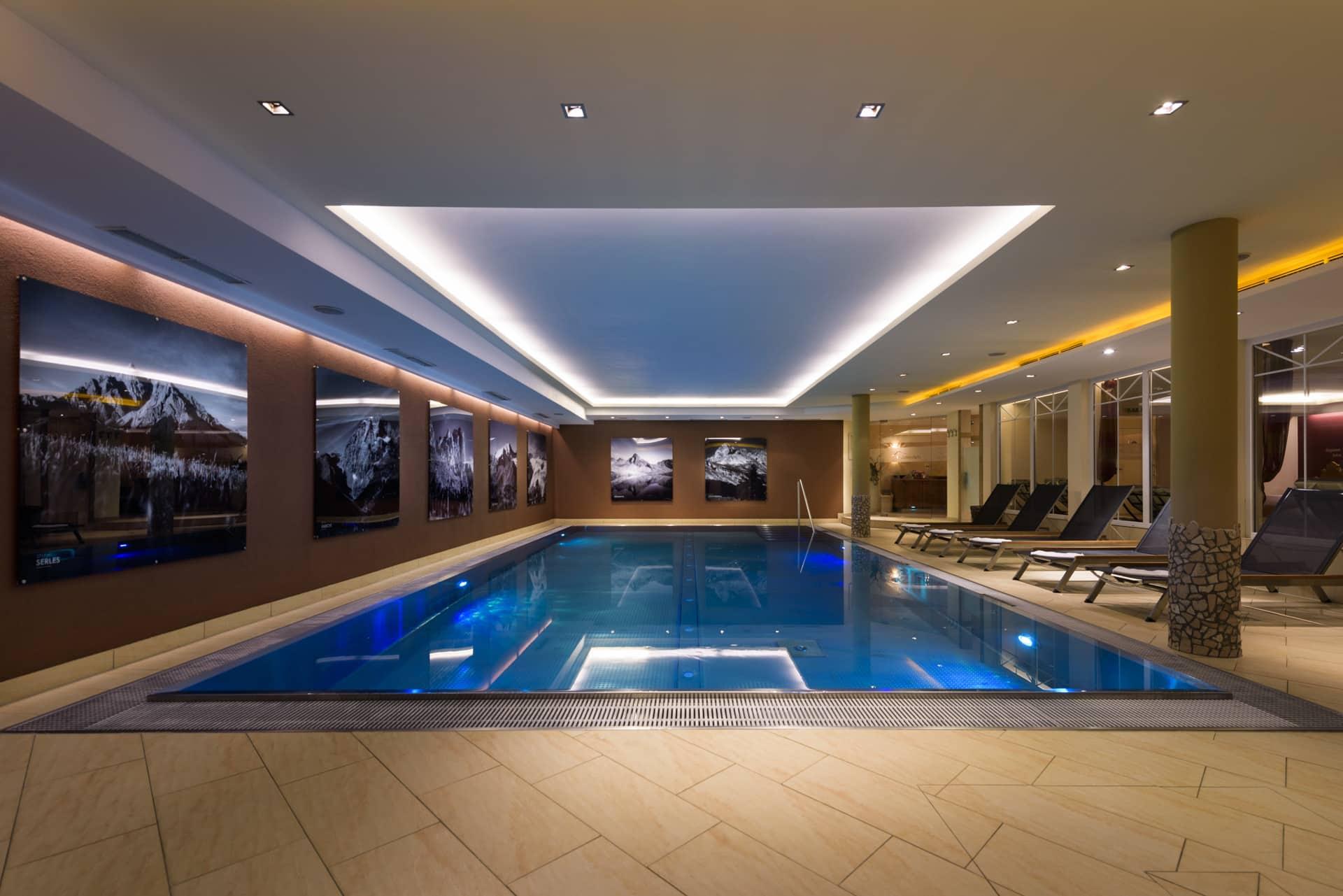 Indoor-Pool-relaxen-im-Hotel-Stubaierhof-Sepp-und-Hannis-Ferienwohnungen-Neustift