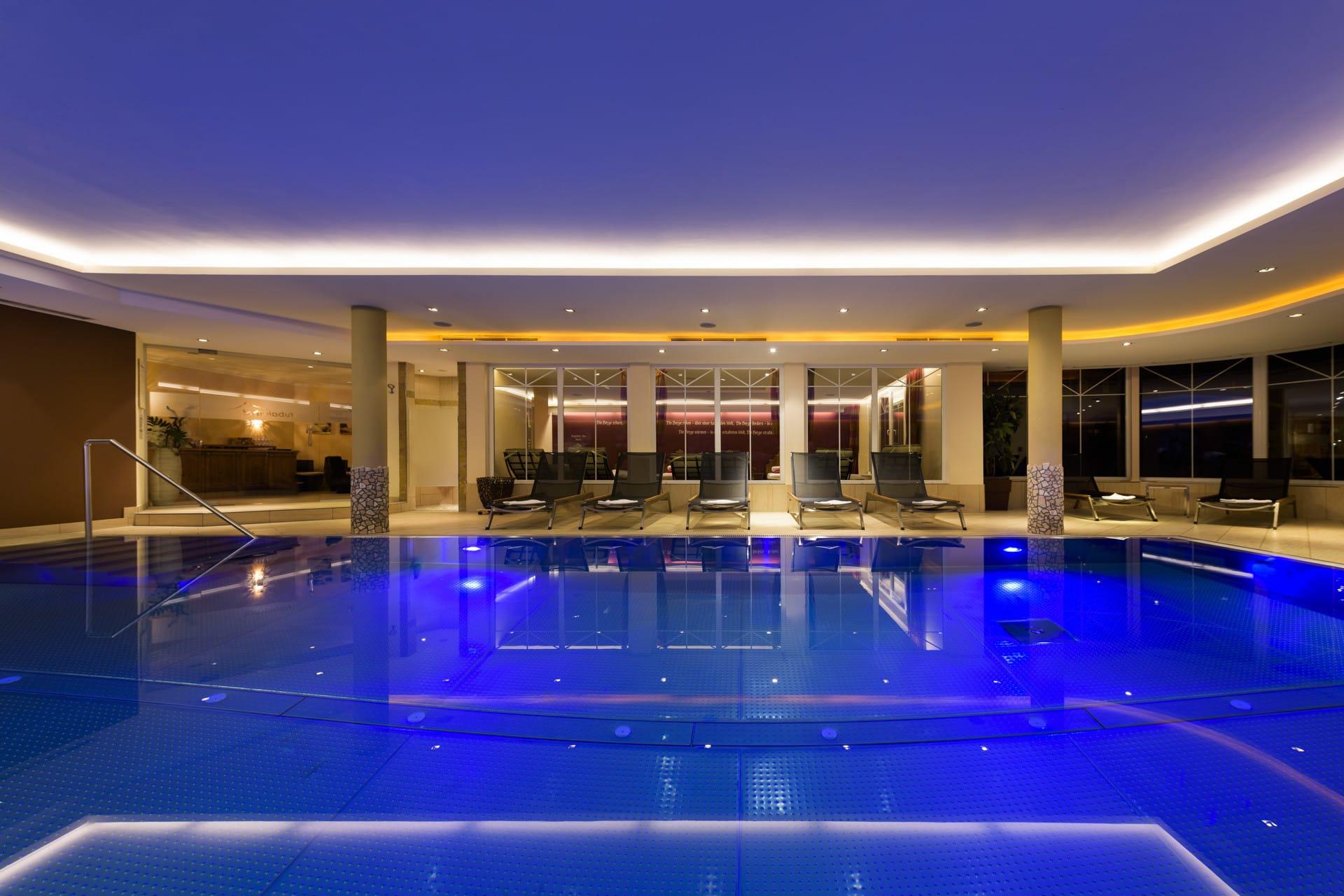 Hotel-Stubaierhof-Wellness-Wohlfuehlwelt-Indoor-Pool-Sepp-und-Hannis-Suiten-im-Dorf