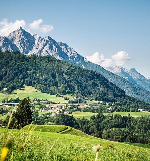 Sepp-und-Hannis-Sommer-Landschaft-Panormablick-Serles-Urlaub-Stubaital