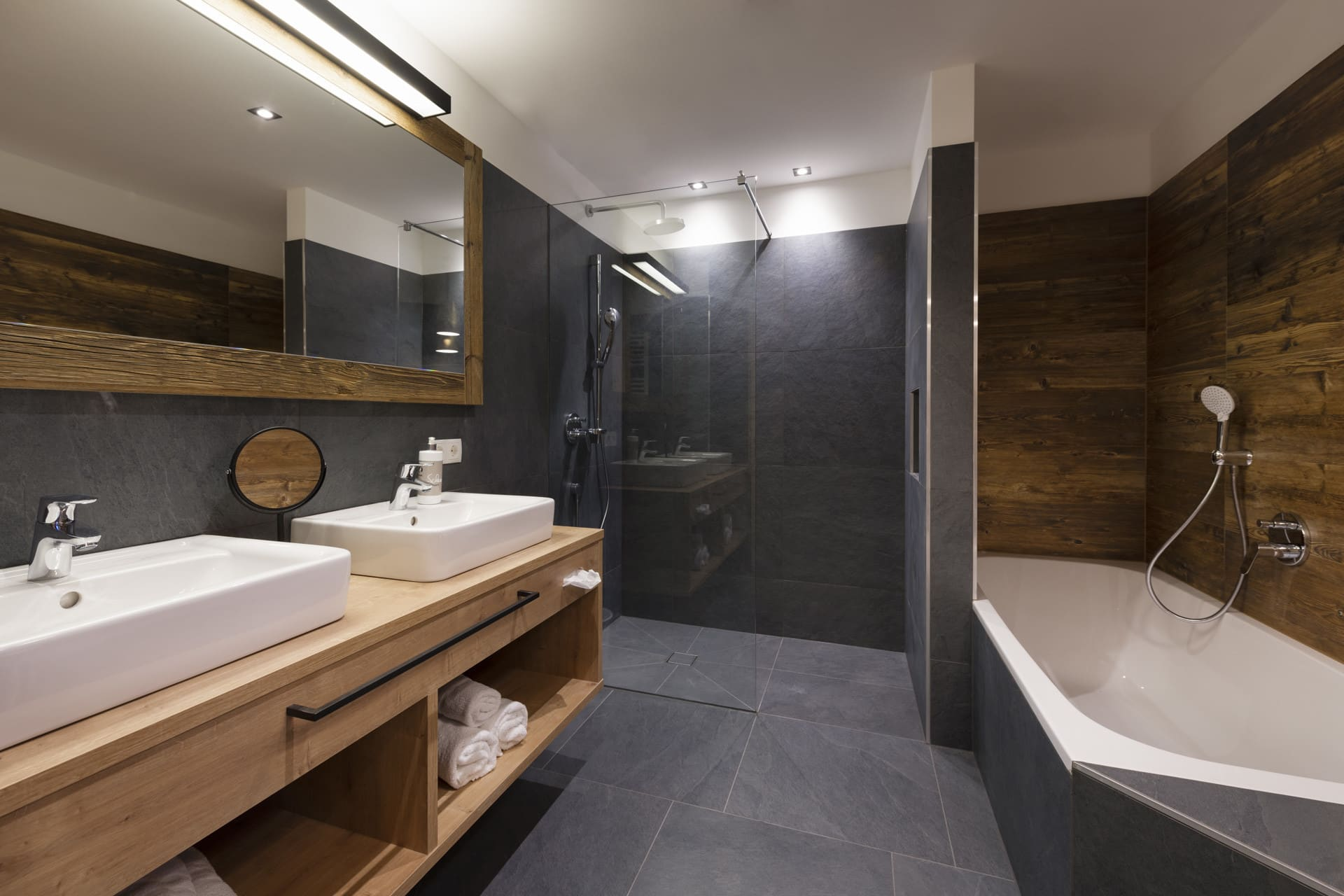 Grosses-Badezimmer-Badewanne-Dusche-Ferienwohnungen-Sepp-und-Hannis-Suiten-im-Dorf-Stubai