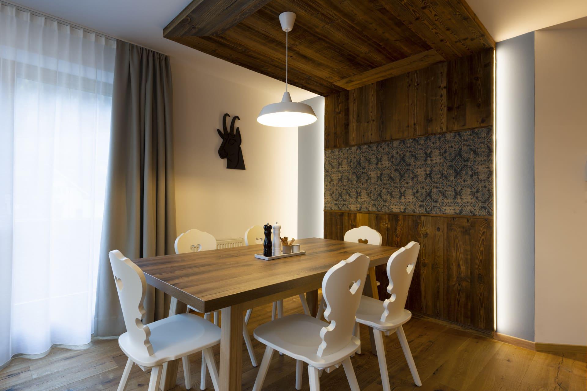 Gemuetlicher-Essbereich-Suite-Glueckswiesn-Sepp-und-Hannis-Suiten-im-Dorf