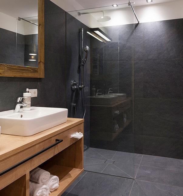 Sepp-und-Hannis-Suiten-im-Dorf-Badezimmer-Dusche-Ferienwohnung-Neustift
